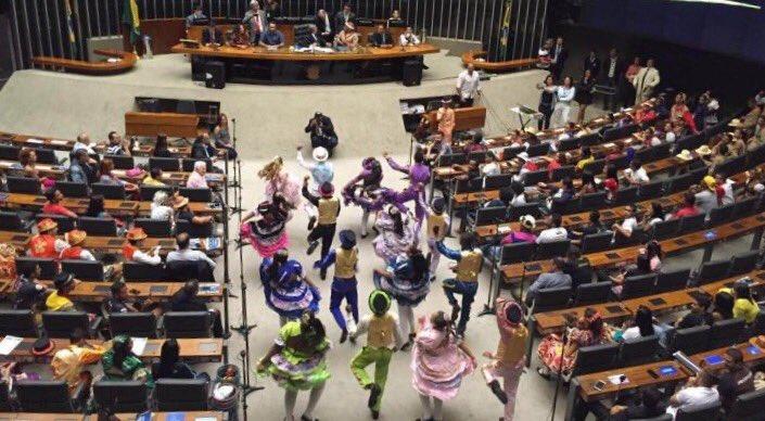 Piada Pronta:'Quadrilhas invadem o plenário da Câmara'.