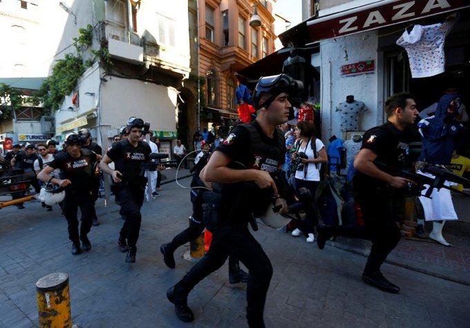 'Gay Pride' in Istanbul: Polizisten schießen mit Gummigeschossen auf Demonstranten https://t.co/0k3yuJV14L