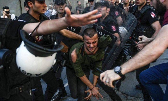 Polícia turca usa balas de borracha para impedir Parada do Orgulho Gay. https://t.co/zMIWgtWd5g
