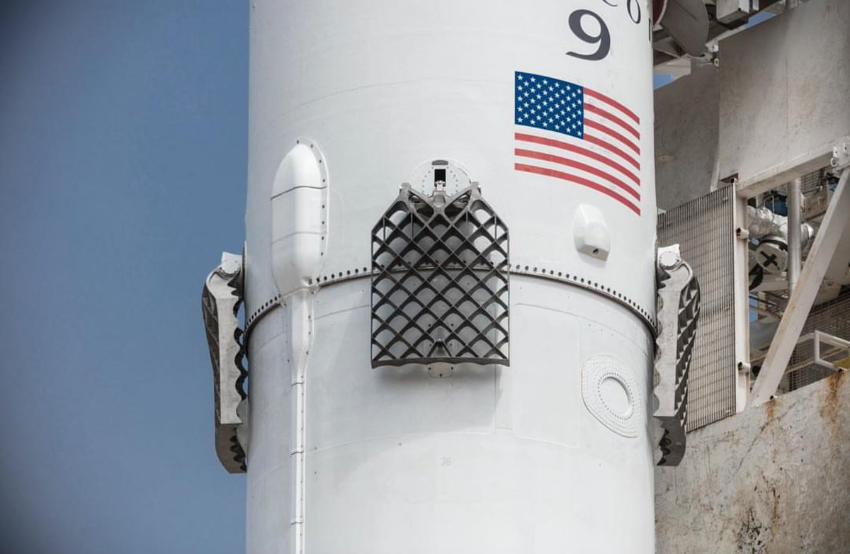 New #SpaceX Titanium grid fins on Falcon 9 😍 https://t.co/BcVIx04Qcx