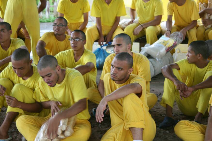 Student protesters detained by regime in #Venezuela treated like criminals. Heads shaved and yellow prison uniform. #FreeVenezuela<br>http://pic.twitter.com/tg4RL4F9RH