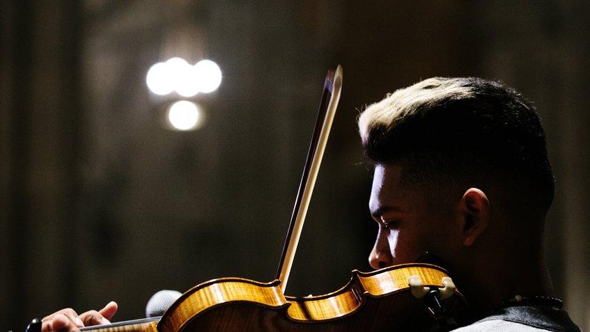 #Espectáculos | Violinista de manifestaciones actúa en