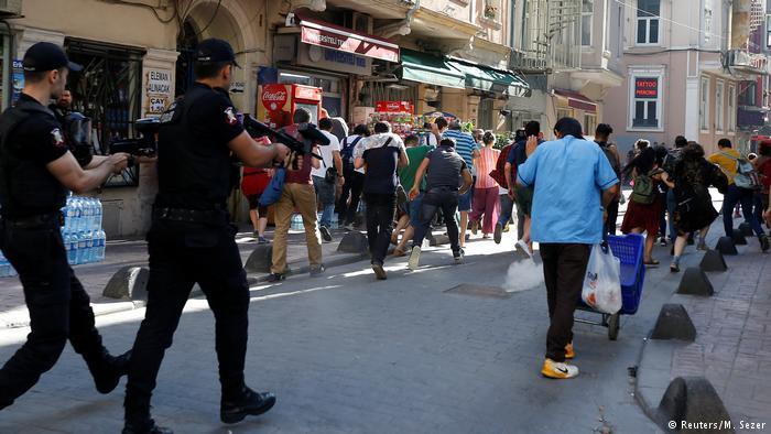 Polícia turca reprime parada do orgulho gay em Istambul https://t.co/i1khuzztT7