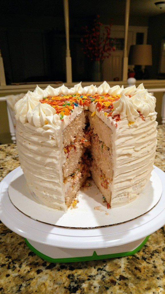 If there's cereal in the cake, that means it's breakfast, right? Fruity Pebbles layered cake. #FoodPorn via alliga… https://t.co/01prkMU7EW