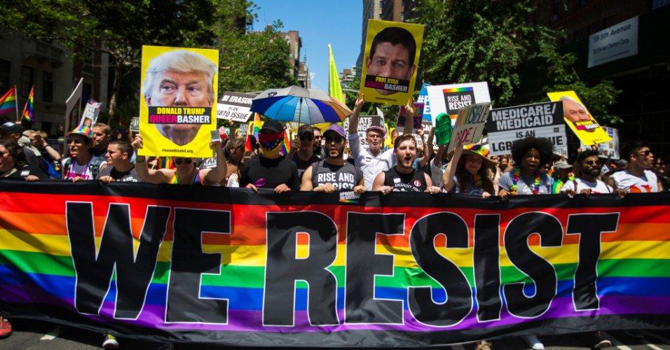 'Nós resistimos' : Parada do Orgulho Gay em Nova York tem protesto contra Trump https://t.co/1tP2R9H44D
