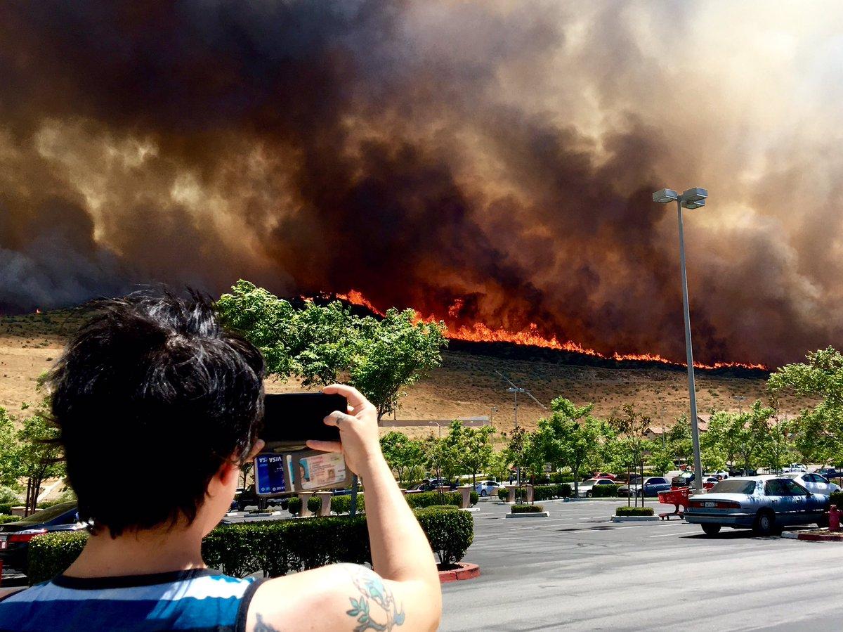 Flames got VERY close to the Target parking lot #santaclaritafire #Pla...