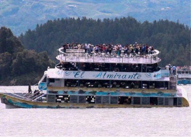 Affonda un traghetto turistico: almeno nove morti e oltre 20 dispersi