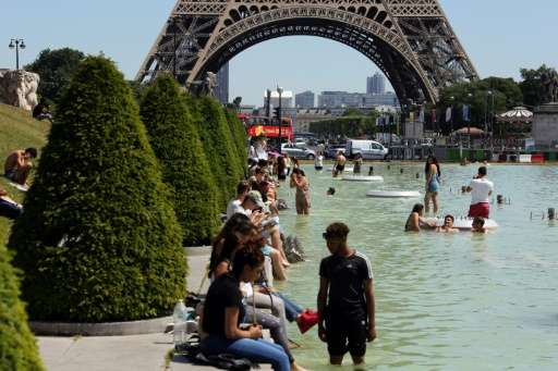 Heatwave scorches Europe, from London to Siberia | @physorg_com  http:// crwd.fr/2rP6wMC  &nbsp;   #climate #globalwarming #divest<br>http://pic.twitter.com/rssn1sJMc4