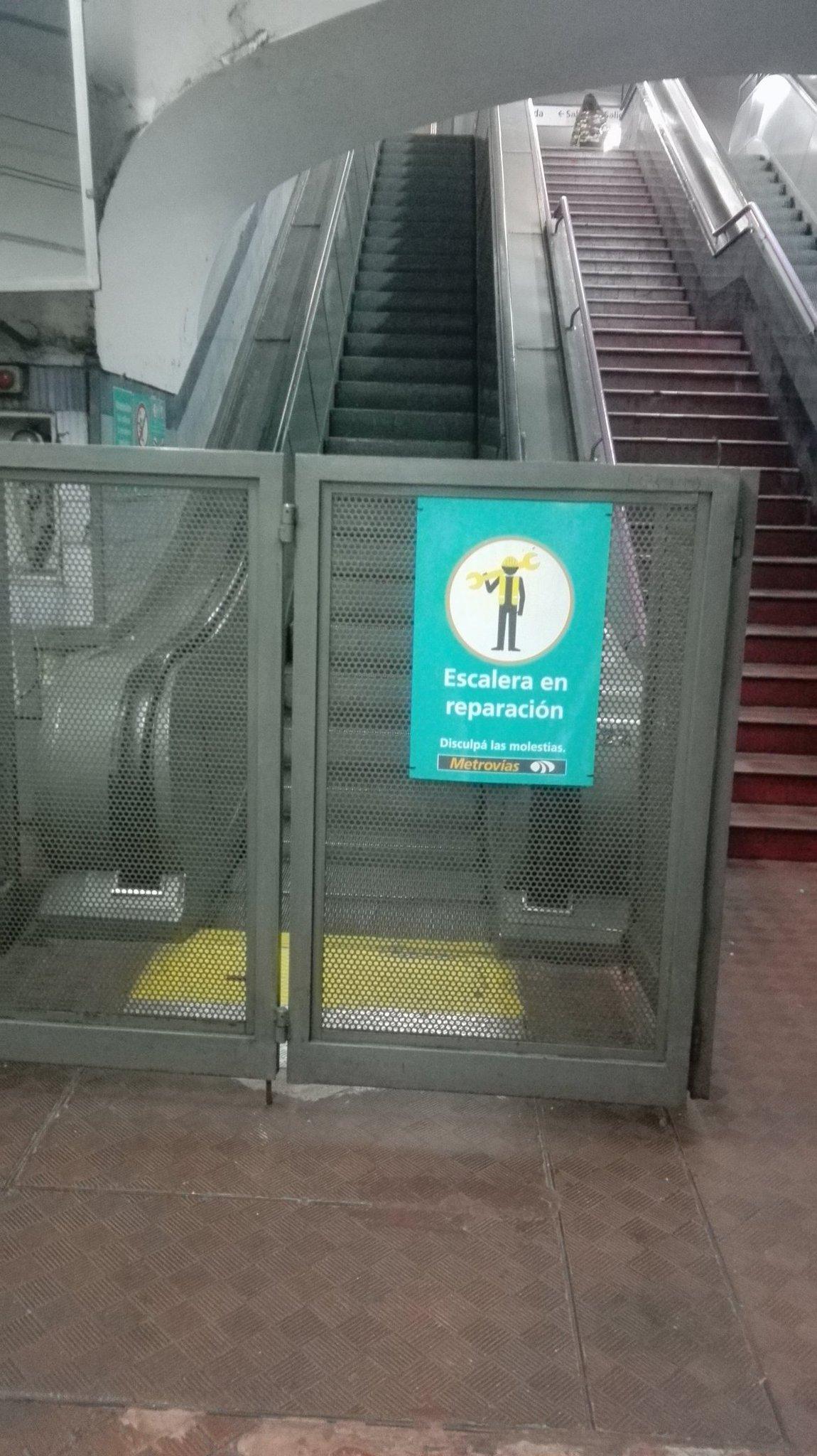 De nuevo se rompió la escalera mecánica del subte E, cada vez con más demora y es la línea en peor estado #AgradeSelfie @horaciorlarreta https://t.co/sp3Ec5TOlU