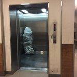これは怖すぎて震えるエレベーターで搬送中の梱包されたぬいぐるみが怖すぎ