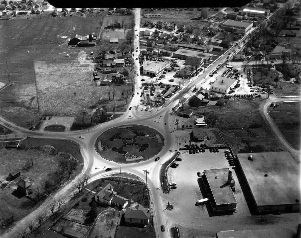 test Twitter Media - Thanks, Alyssa Dawson, for digging up this pic of the old traffic circle from the @VintageKingston archive. Thing of beauty, isn't it? #ygk https://t.co/2YNZoMS38m