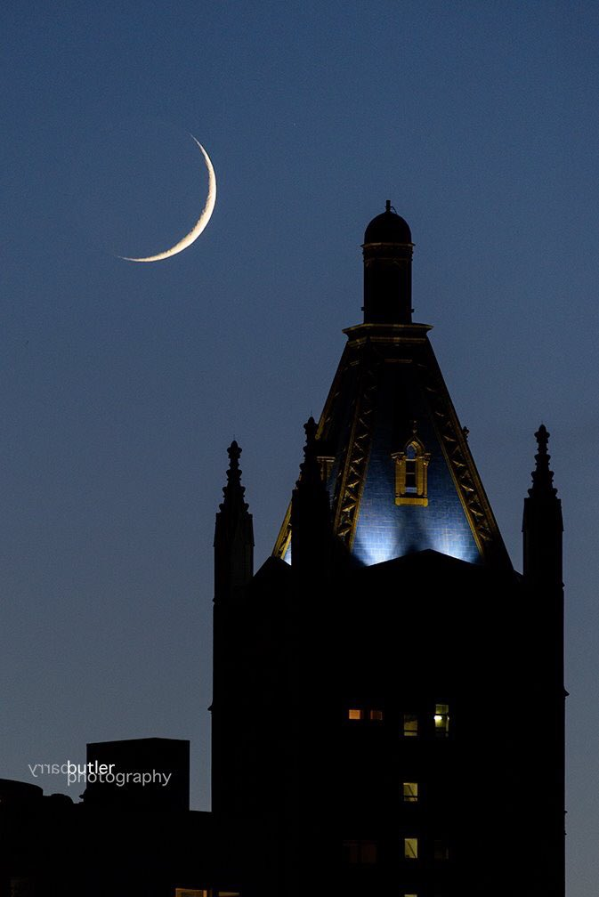 Crescent Moon over Northwestern University downtown campus in Chicago on Sunday #weather #news<br>http://pic.twitter.com/XaPsPqjQuF