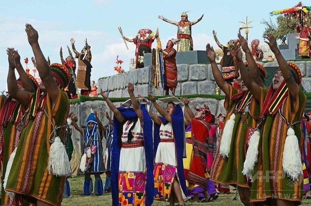 """【豊作願う】インカ帝国の儀式「インティ・ライミ」を再現 ペルー    """"母なる大地""""を意味する「パチャママ」に太陽が戻る、旅の始まりを祝う日として、いけにえを捧げる様子などを再現した。"""