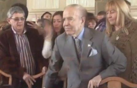 #VIDEO La deteriorada imagen de Carlos Menem en su 'relanzamiento' htt...