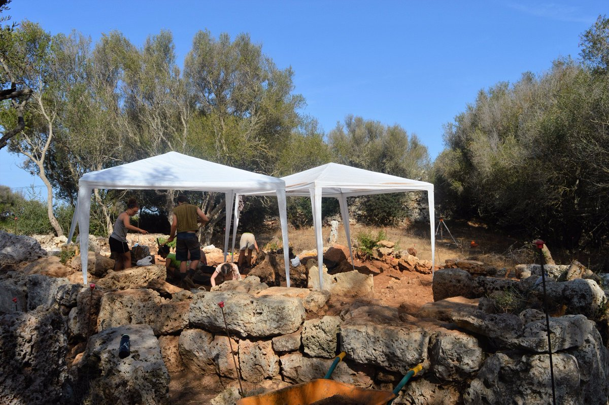 In #SaCudiaCremada #FieldSchool we cover the #excavation are with tarps and have water #onsite. #safetyfirst! #Menorca #dig #studyabroad<br>http://pic.twitter.com/57RgC4qdjb