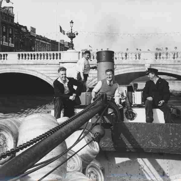 A #Guinness barge on the River Liffey #LoveDublin @homeofguinness @DublinDiscover @VisitDublin @DiageoIreland @dublinmuseum @EibhlinColgan<br>http://pic.twitter.com/mRbxk3ibap