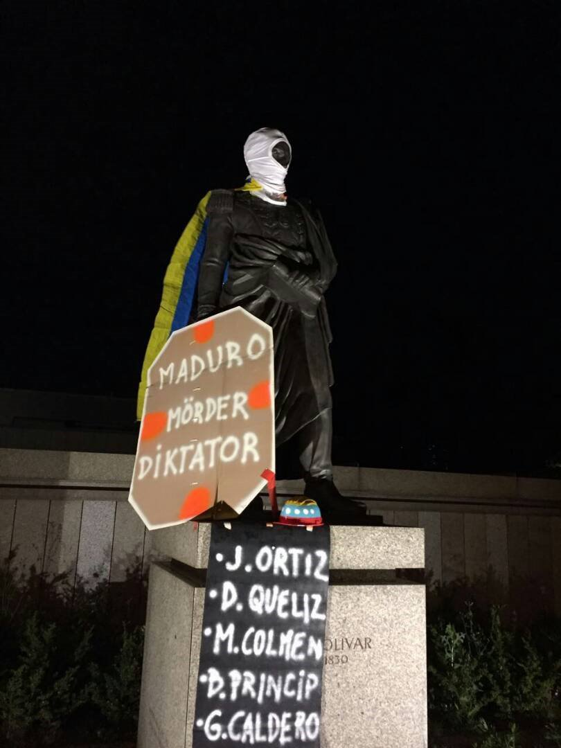 #26Jun Así amanece la estatua de Simón Bolívar en Berlín. https://t.co...