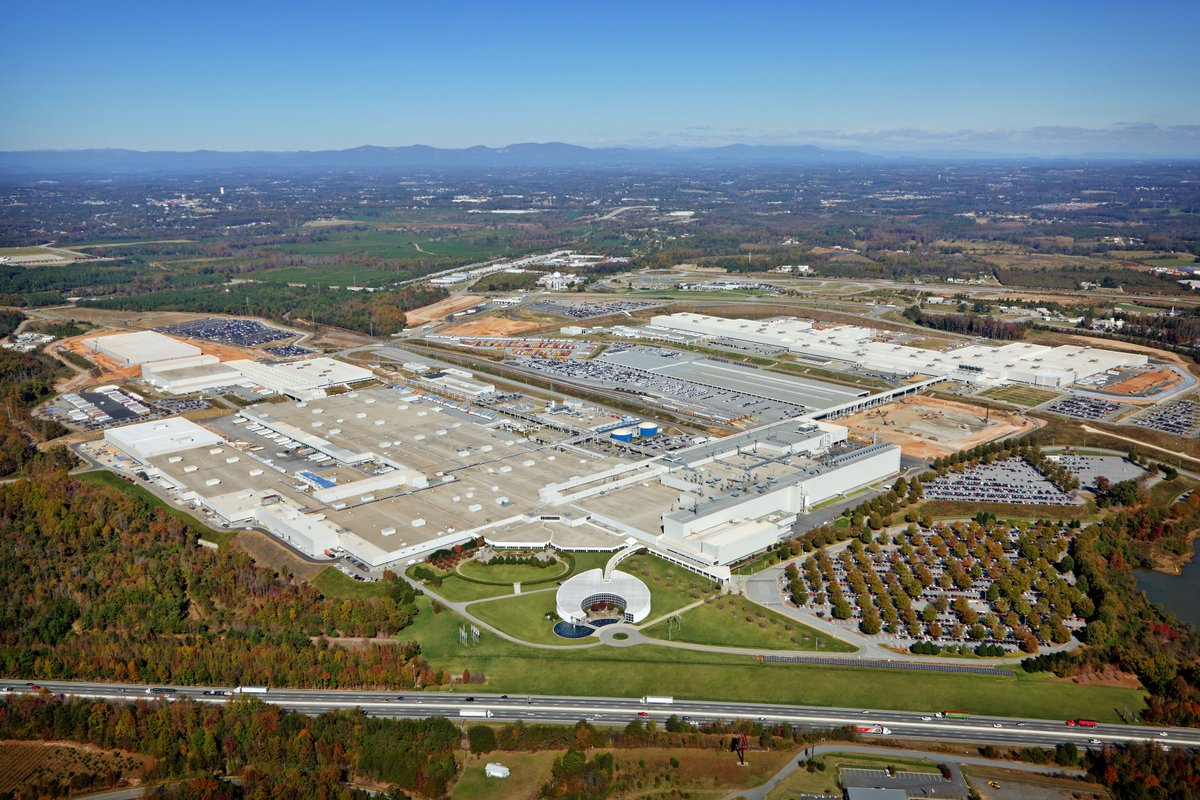 CEO Krüger: Let's celebrate 25 years of #BMW&#39;s commitment in #Spartanburg SC. Thanks to all our friends, associates and partners! #BMWUSA<br>http://pic.twitter.com/TSDf9PwEtc