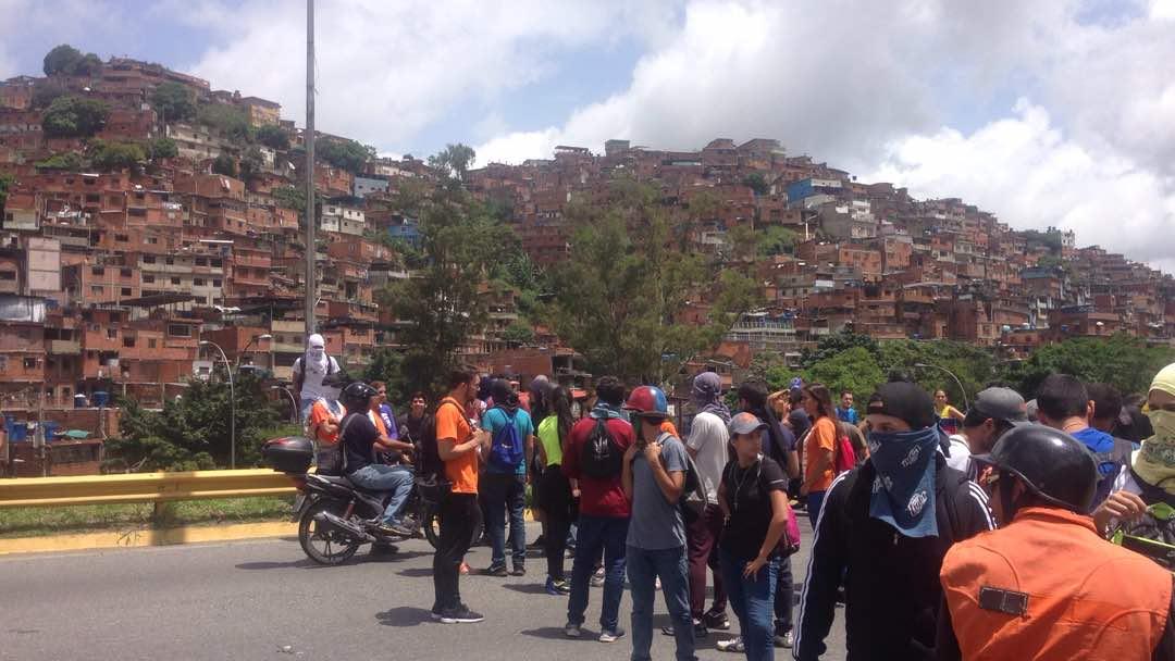 #ENVivo 1:25pm  Manifestantes trancan el Distribuidor Metropolitano a...