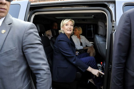 Les policiers ne veulent plus protéger la maison de Marine Le Pen >> https://t.co/sMBNC46lNa