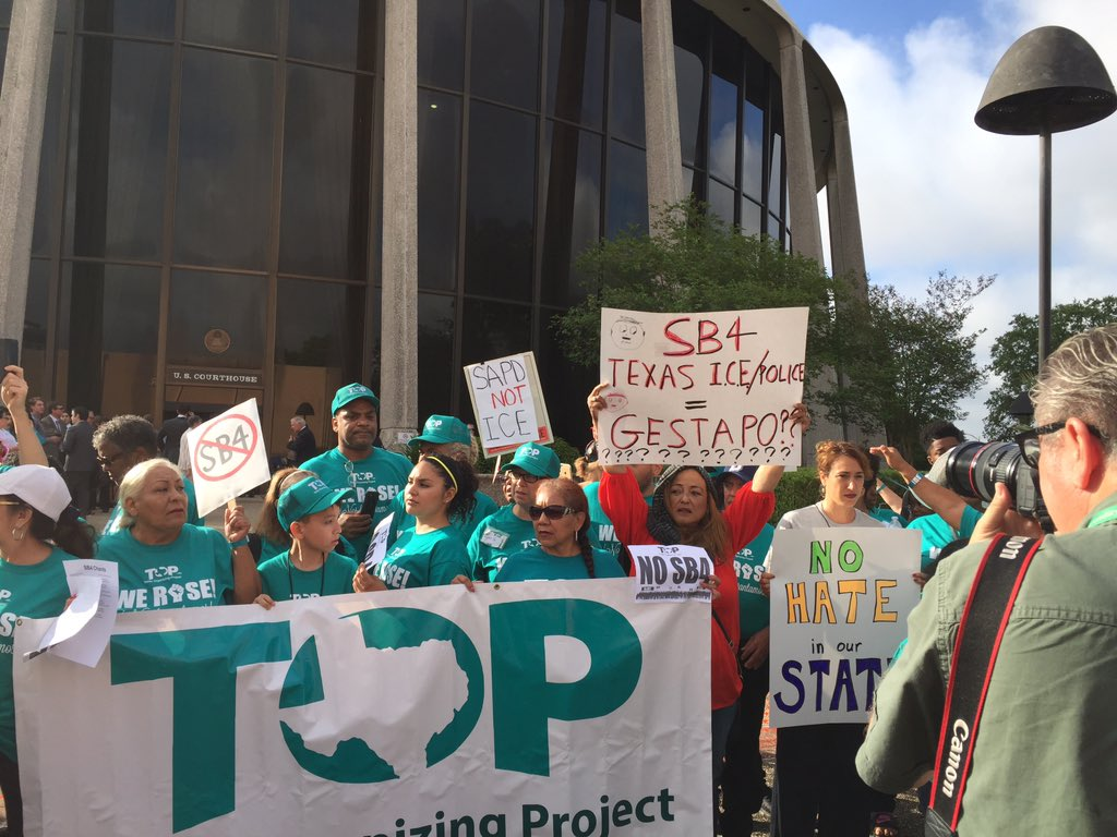 @nachoaguilar Quite the scene outside the federal courthouse in #SanAntonio. Two buses of #Sb4 protesters came from the S Texas https://t.co/jC6TQ0nJb3