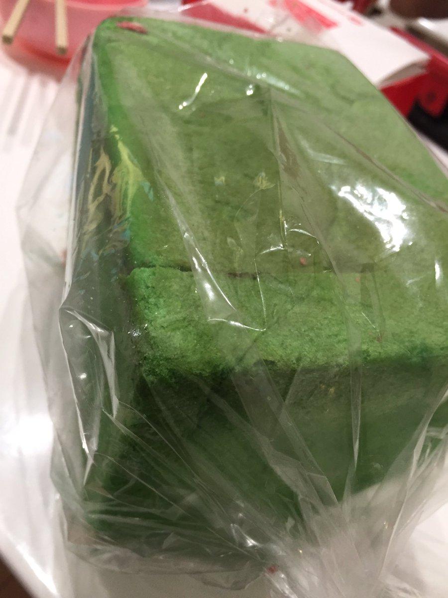 見てください!!!! これね!  ス イ カ パ ン   南仙台にある『ベーカリー&カフェ キクチヤ』さんで発売してるんだけど、普通に美味しいパンです スイカのタネはチョコです  南仙台駅の近くにあるお店なので是非行って買ってみてね!!!!皮がうめえんだ皮が