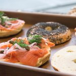 Kickstarting Monday with our house #Shmoked wild BC sockeye salmon lox on poppy-seed bagels from @SollysBagelry. #eathealthy 💪🏼