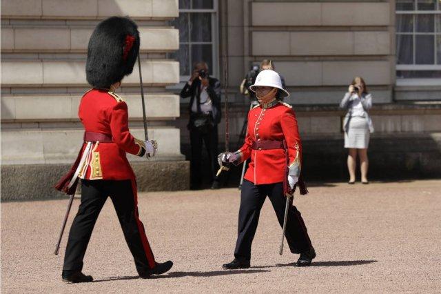 Pela primeira vez na história, mulher lidera a troca da guarda no Palácio de Buckingham https://t.co/H2MoEbUJah