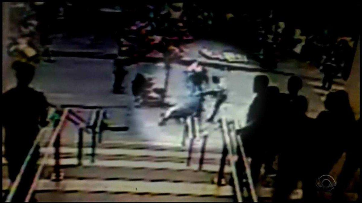 Polícia investiga suposta tentativa de matar chefe de segurança de camelódromo de Porto Alegre; veja vídeo https://t.co/wWQo6bIrX1