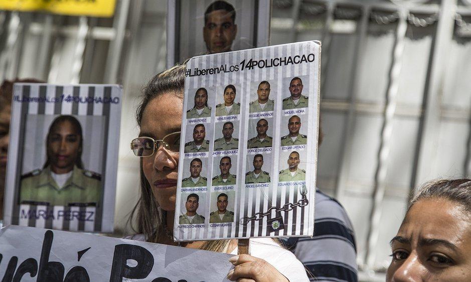 Familiares de los 14 polichacao recluidos en el Sebin piden al Nuncio...