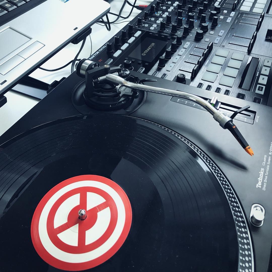 Work the crowd w/ @TraktorTimecode Vinyl.   Djcarstenmichels #djgear #djlife <br>http://pic.twitter.com/yfPoPUiKKW