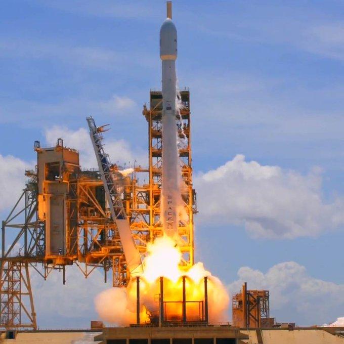 SpaceX just nailed two rocket landings in one weekend https://t.co/llvhjGjrkC