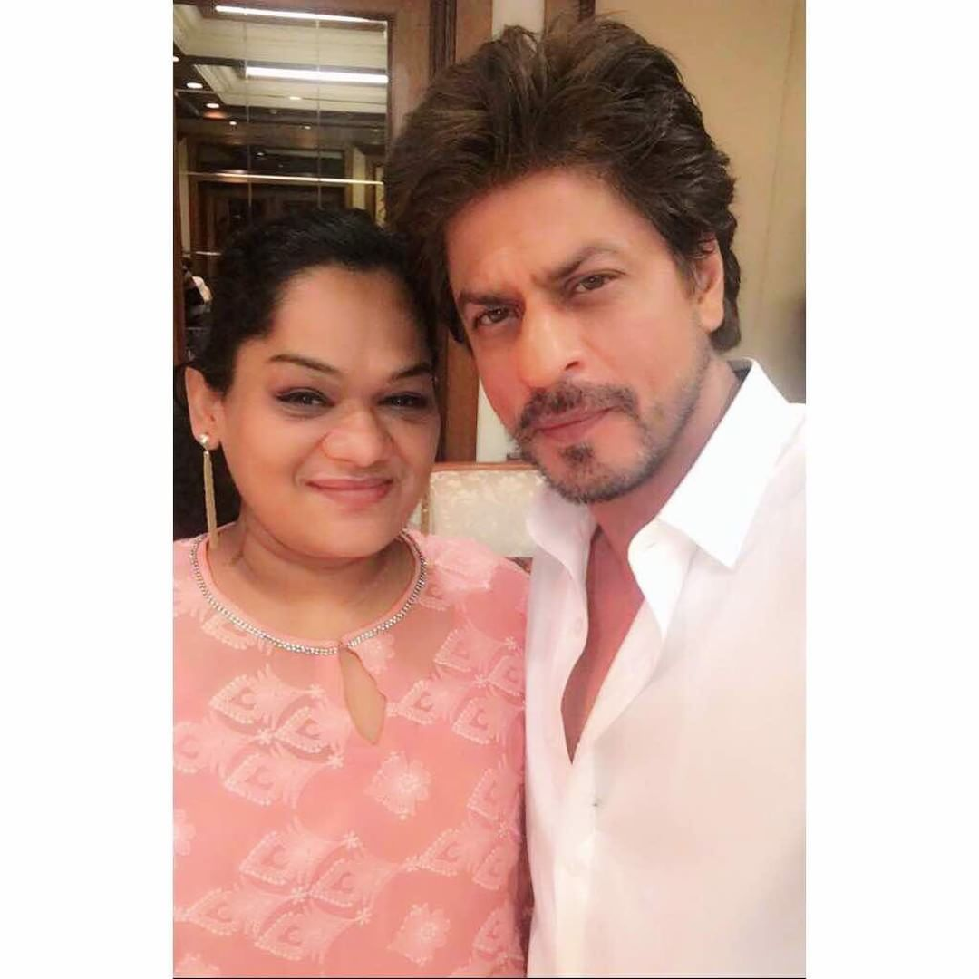 #Pictures: @iamsrk clicked with some more media people earlier today at Taj Lands End. #EidWithSRK<br>http://pic.twitter.com/VUw1e34xTo