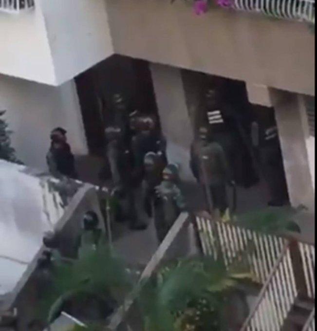 [VIDEO] GNB irrumpió en tres residencias de Los Nuevos Teques https://t.co/1J24L7Mvmw  https://t.co/d0xpq6Bfva
