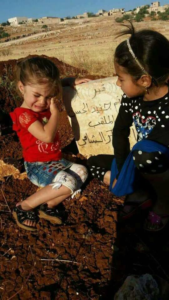 A little girl visiting her father&#39;s grave in Eid day in the southern countryside of #Aleppo... <br>http://pic.twitter.com/AsfxHPZshP