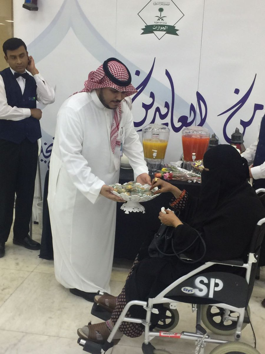 """الجوازات السعودية on Twitter: """"جوازات مطار الملك خالد الدولي بالرياض  @KKIASA يعايد المسافرين المغادرين والقادمين بالورود بمناسبة عيد الفطر  المبارك… """""""