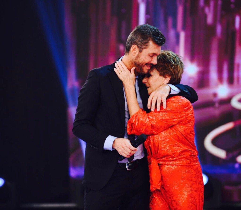 Un abrazo con todo mi amor a Consuelo. #Bailando2017 https://t.co/Rljt...