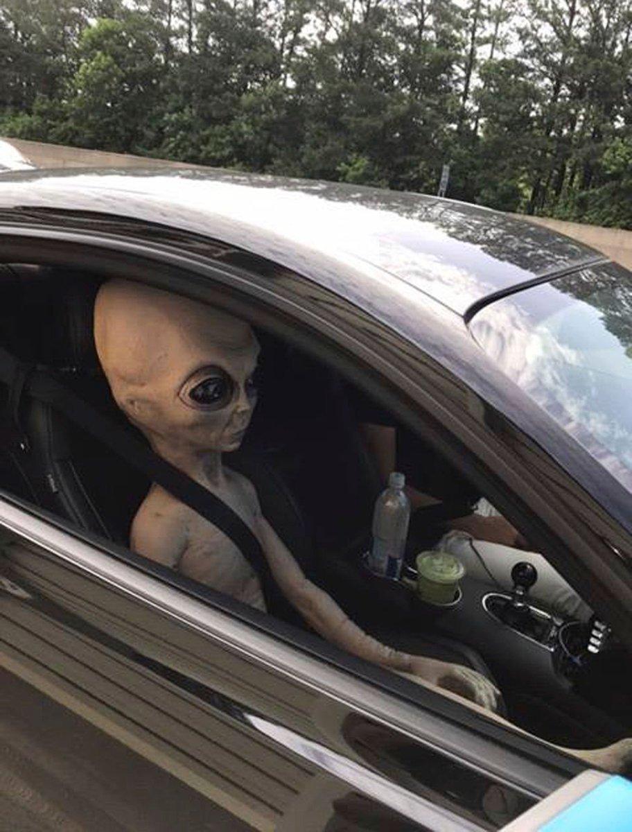 Motorista é pego em excesso de velocidade com 'ET' no banco do passageiro https://t.co/JNh3mfYCOX #PlanetaBizarro #G1