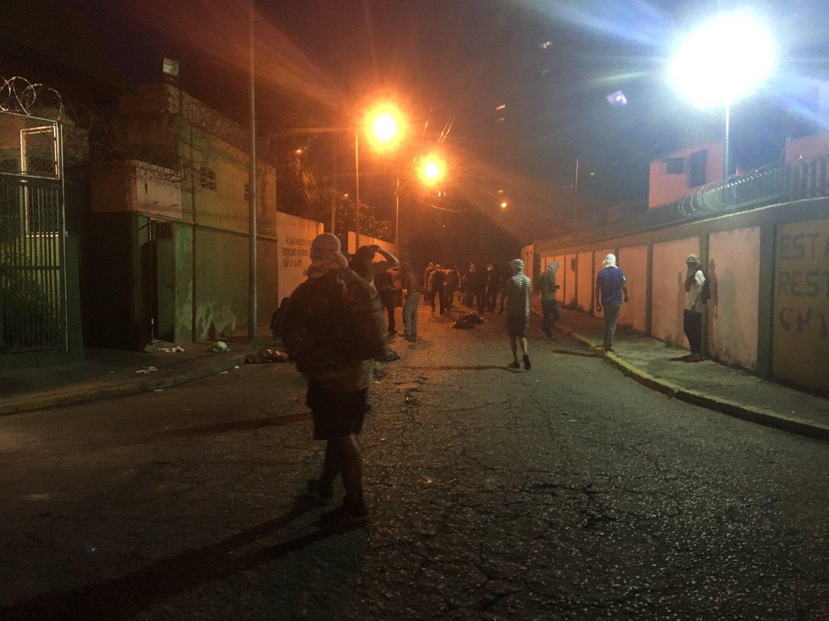 #ENVivo Continua la resistencia en #Maracay en la Urb. La Soledad 7:20...