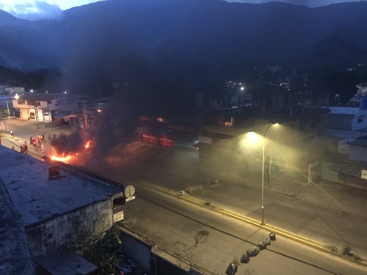 #ENVivo Vecinos en El Limón en #Maracay mantienen protesta 7:10 p.m. #...