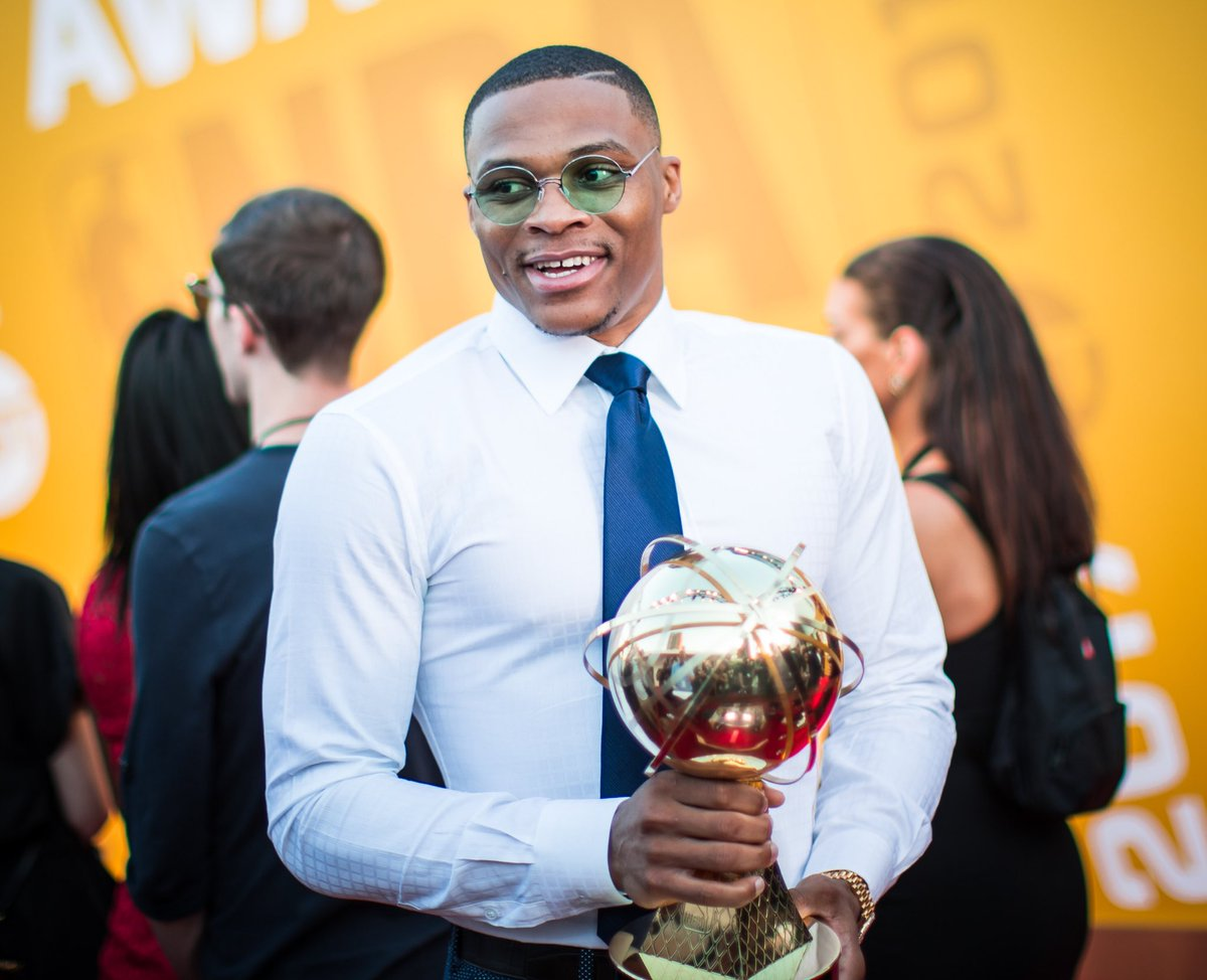 Russ grabs his #BestStyle hardware. #NBAAwards https://t.co/UxSVuQ9BS9
