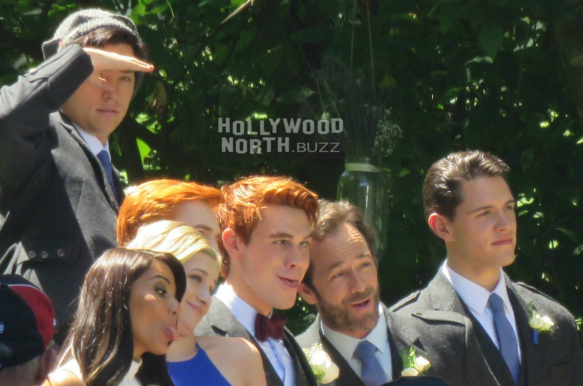 #Archie Gang make funny faces at weird #Riverdale wedding today https:...