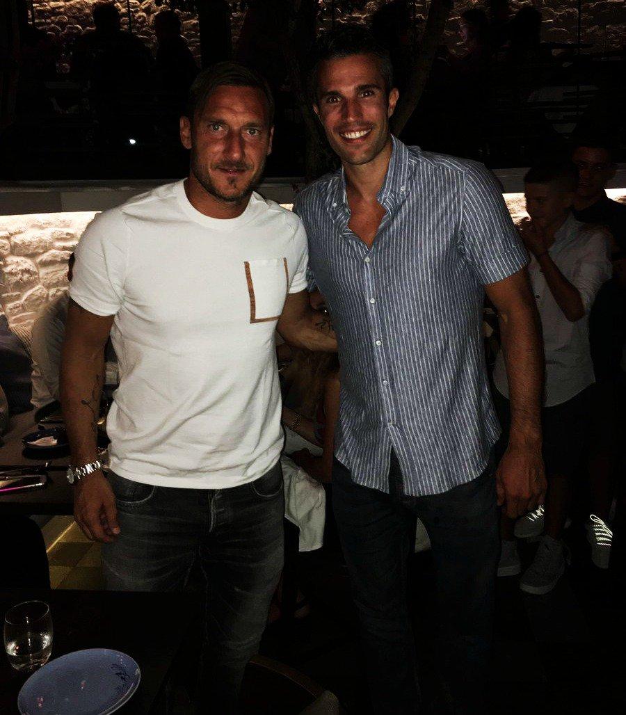 Francesco Totti y Robin van Persie. Mucha clase en una imagen. 🇮🇹🇳🇱 ht...