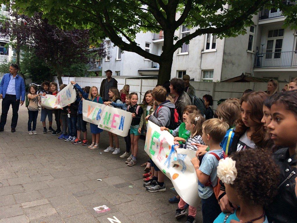 Leraren verdienen meer! Scanderen de actievoerders op t schoolplein. #...