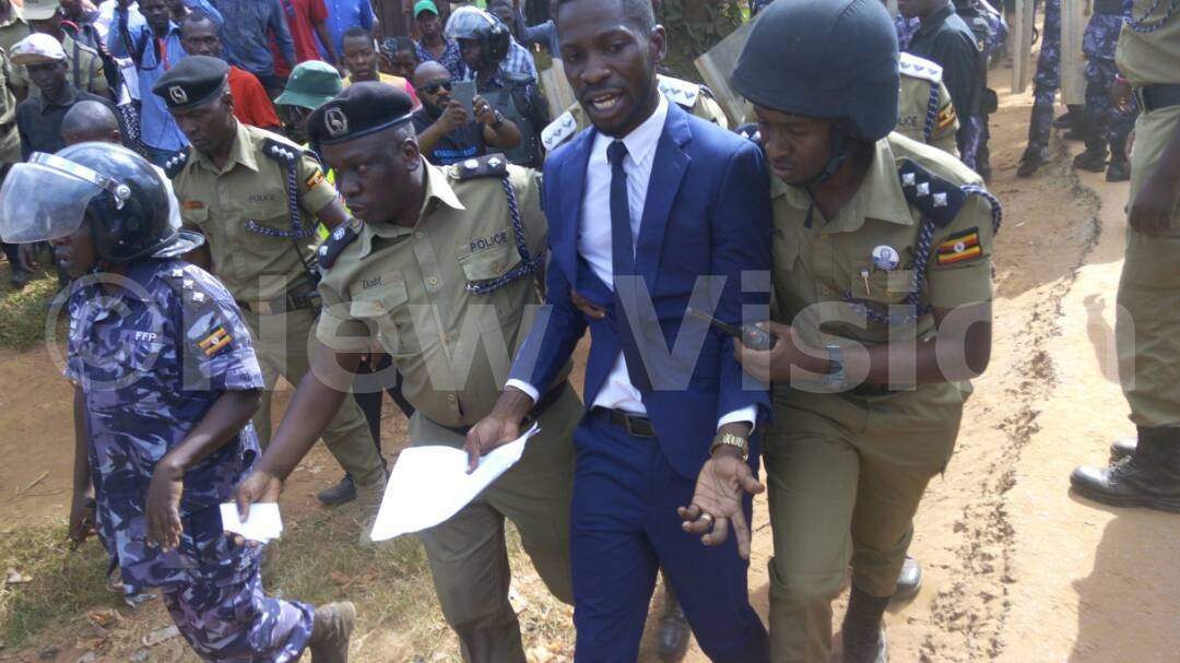[PICTURES]  Police arrests Bobi wine https://t.co/j7KHOPf93i