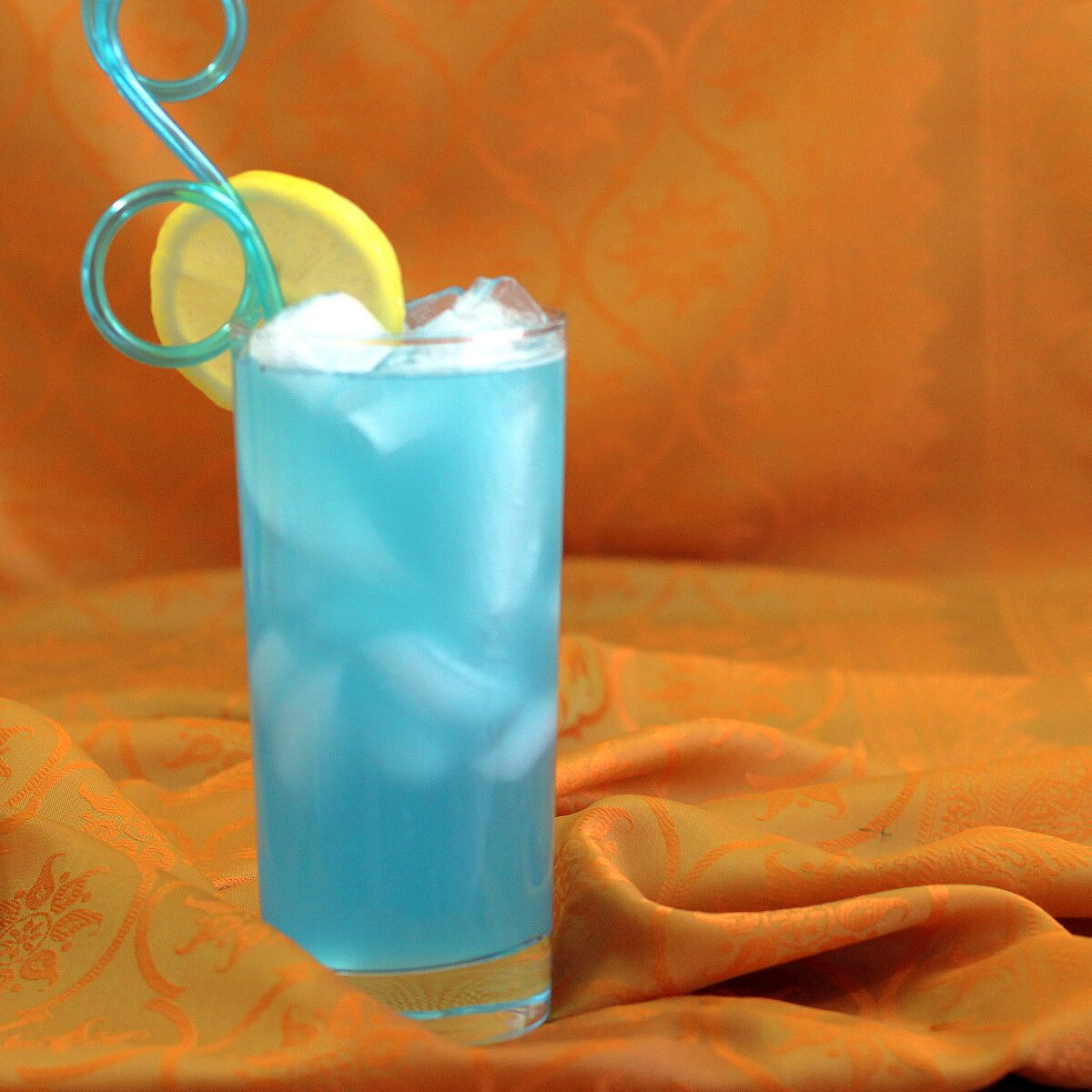 Blue Long Island #drink #recipe takes the traditional Long Island Iced Tea &amp; makes it blue. With more orange flavor.  https:// mixthatdrink.com/blue-long-isla nd/ &nbsp; … <br>http://pic.twitter.com/8oOuu0GSS0