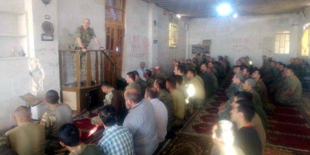 Korgeneral Aksakallı, El Bab'da askerlerle bayram namazı kıldı, minber...
