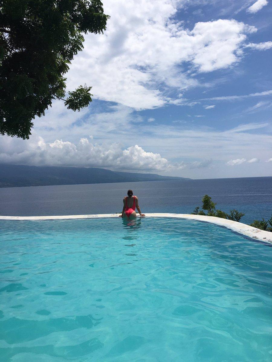 Island living. 🌴🌊 #philippines #islandlife #oslob #cake #traveler http...