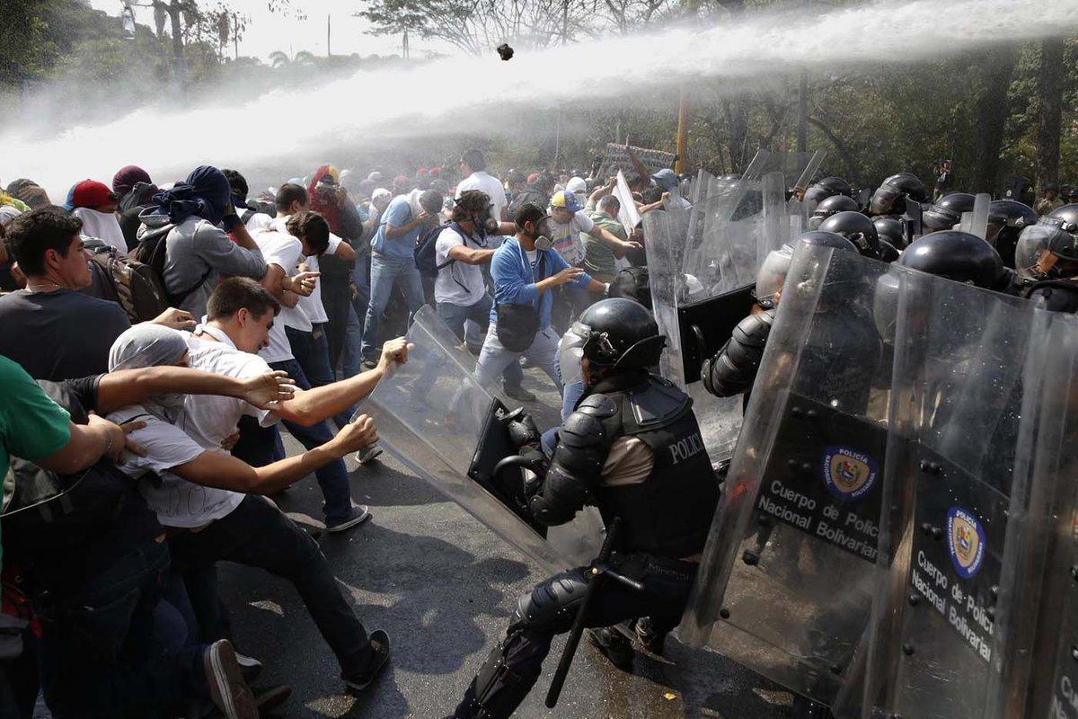 Estudiantes de la Santa María son reprimidos en la carretera Petare-Sa...