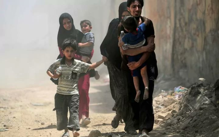 Hundreds of #Mosul residents flee liberated neighbourhoods after #ISIS sleeper cell attack | @JosiEnsor reports  http://www. telegraph.co.uk/news/2017/06/2 6/hundreds-mosul-residents-flee-liberated-neighbourhoods-isil/ &nbsp; … <br>http://pic.twitter.com/XptXL3e2vi